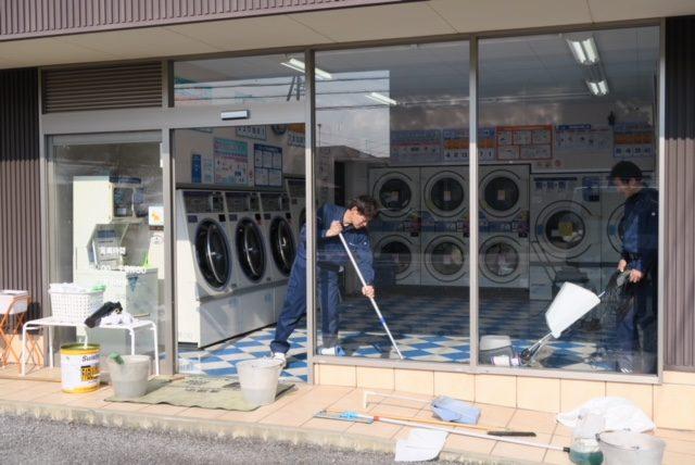 松谷クリーネス 床のワックスがけ%#38;窓掃除2