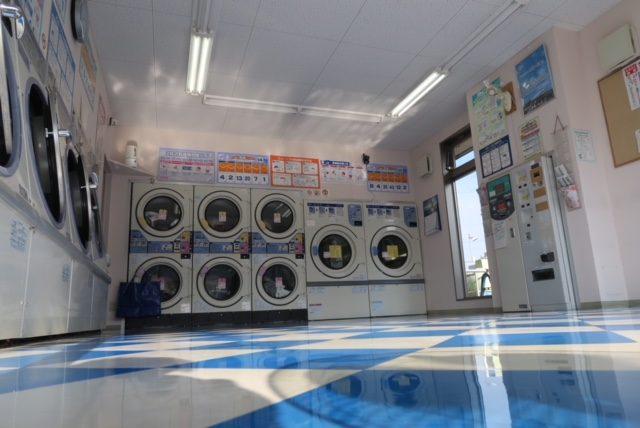 松谷クリーネス 床のワックスがけ%#38;窓掃除3